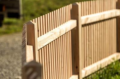 Unbehandelte Zaunfelder Holzzaun Larche Unbehandelt Holz Im Garten